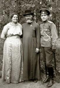 Священник Петр Поляков с семьей.